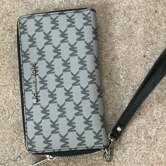Michael Kors Handbags - Michael Kors Wallet/Wristlet